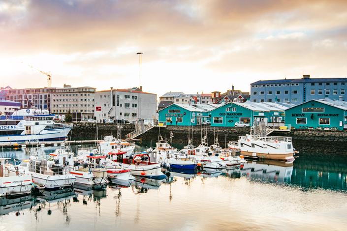 Reykjavík - pohled na restaurace a hospůdky ve starém přístavu