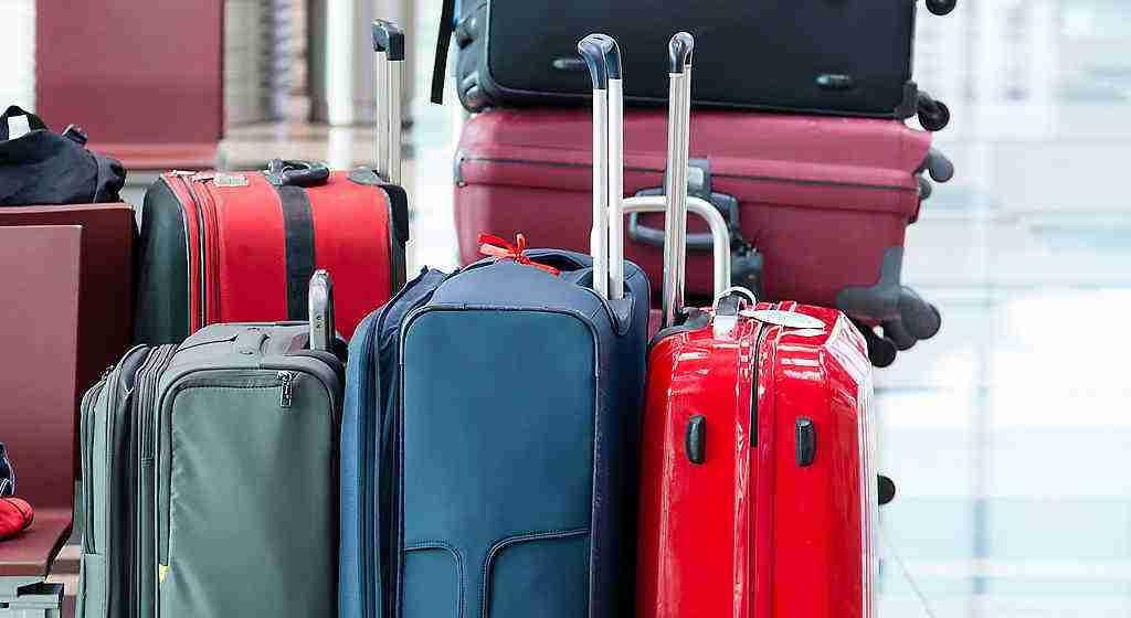 Zavazadla připravená k odbavení na letišti